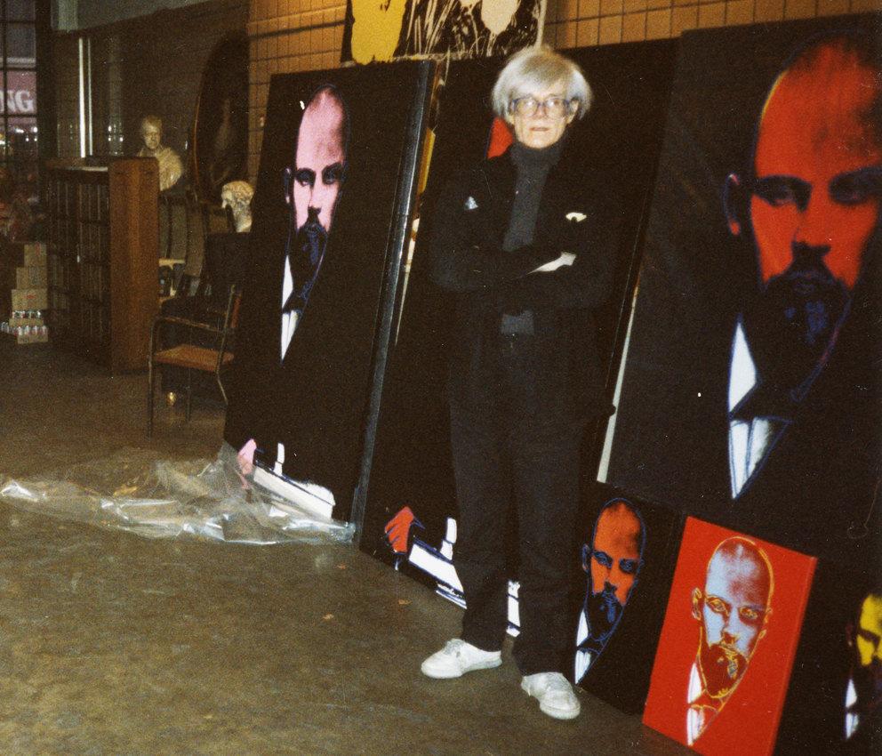 Энди Уорхол передработами «Ленин» насвоей Фабрике