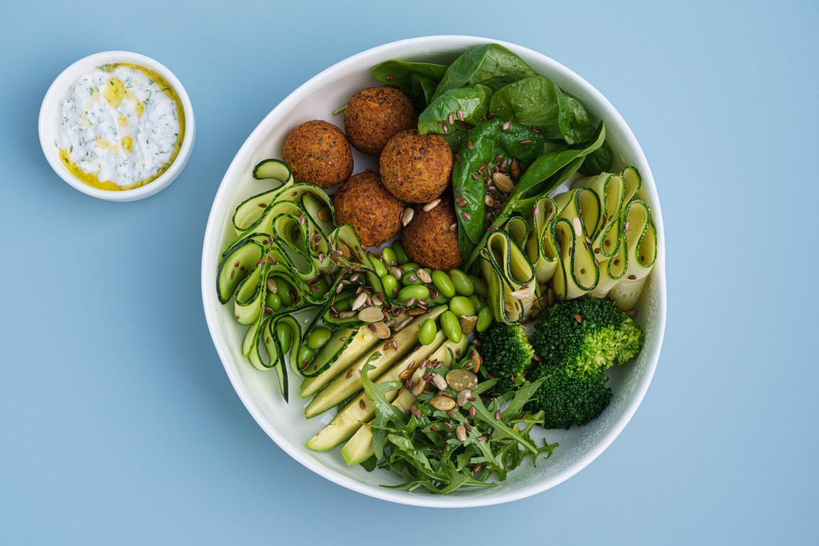 Зелёный салат сфалафелем икокосовым дзадзики