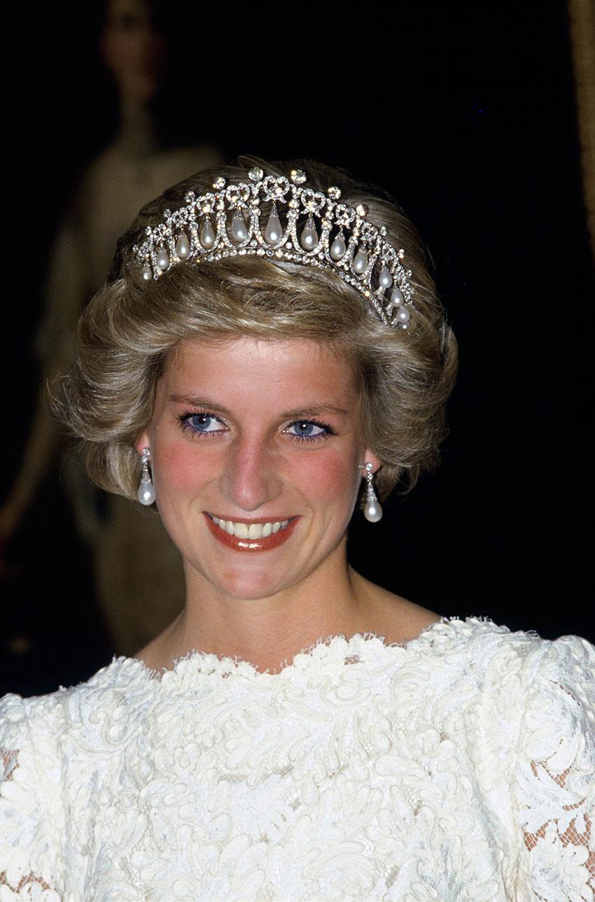 Диана, принцесса Уэльская втиаре Cambridge Lover's Knot напосольском приёме вВашингтоне в1985 году