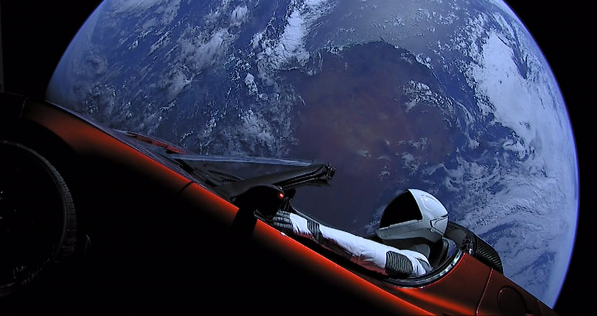 Tesla Roadster сманекеном, запущенная Илоном Маском вкосмос