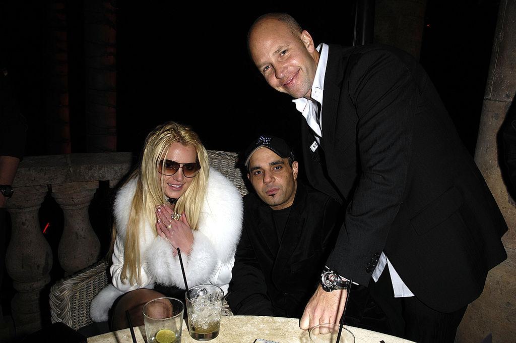Бритни Спирс иСэм Лутфи (в центре)