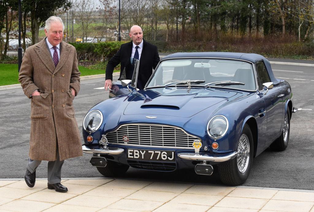 Принц Чарльз рядом со своим Aston Martin Db5