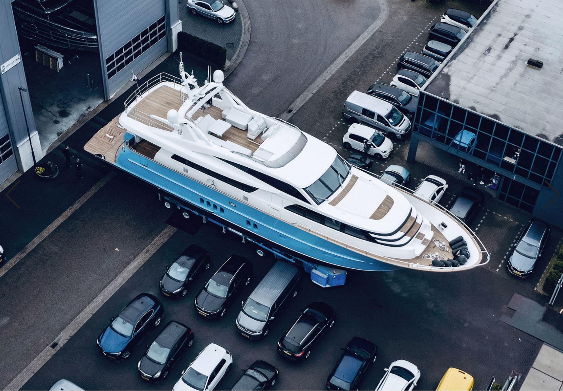 Моторная яхта Helga (Van der Valk, 26 м) снеобычным небесно-голубым корпусом готовится сойти наводу