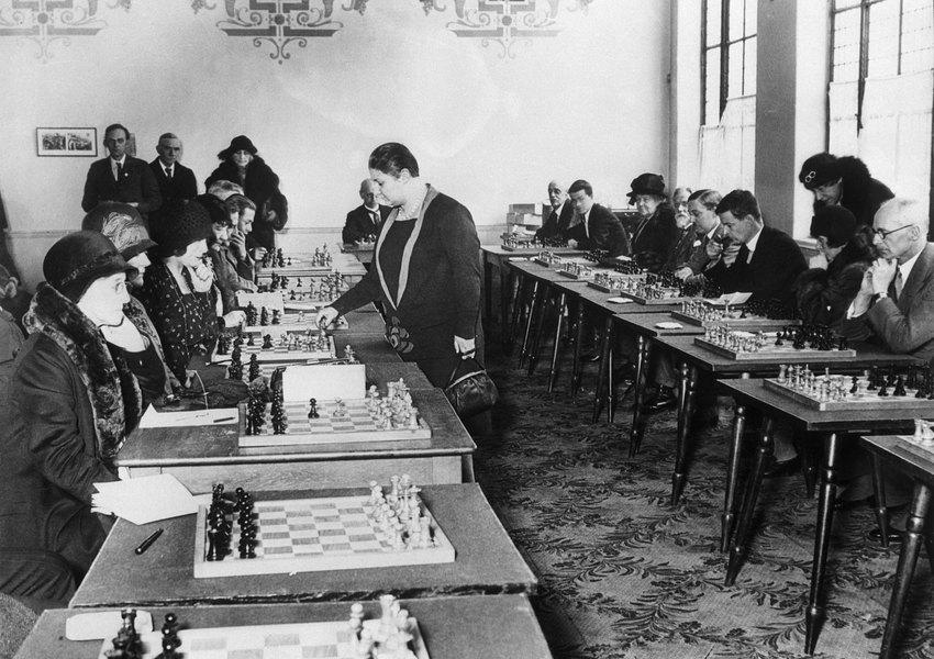 Первая чемпионка мира пошахматам Вера Венчик во время сеанса одновременной игры против 20 любителей шахмат