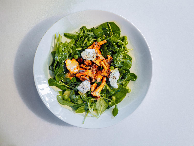 Салат слисичками имолодым горохом