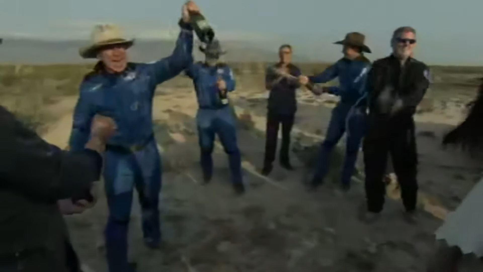 Джефф Безос иостальные члены экипажа New Shepard после приземления
