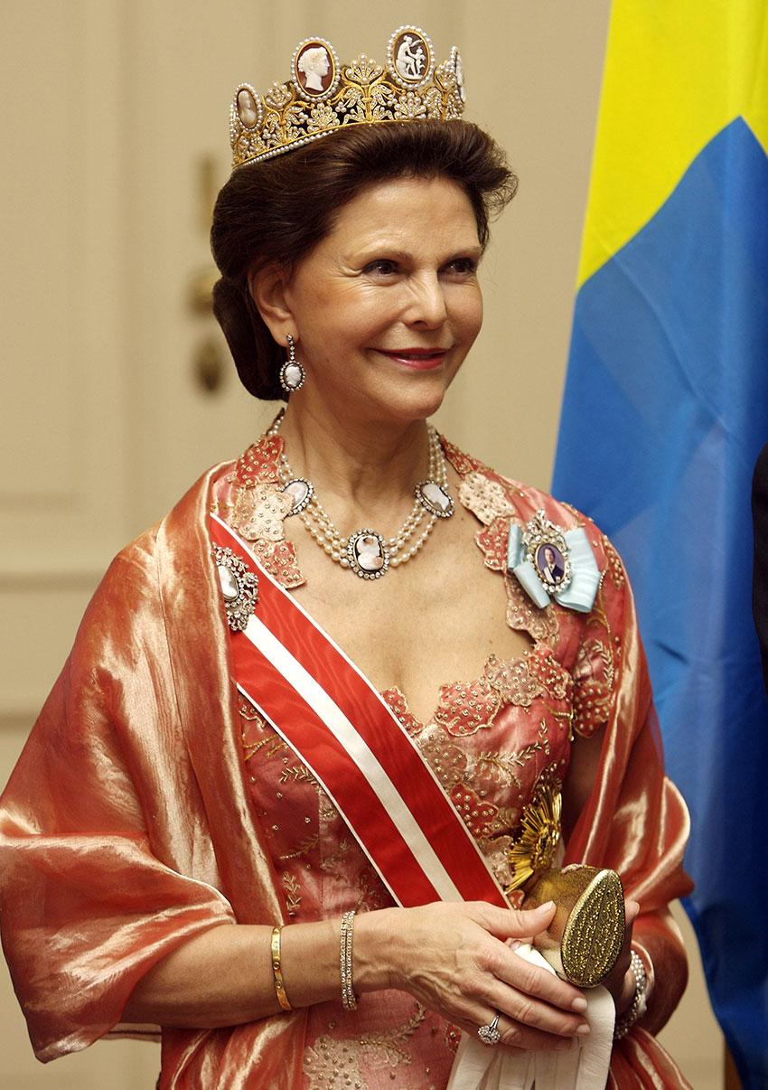 Королева Швеции Сильвия наприёме вВене в2008 году втиаре скамеями, созданной дляЖозефины Богарне Мари-Этьеном Нито, придворным ювелиром Наполеона I иоснователем Chaumet