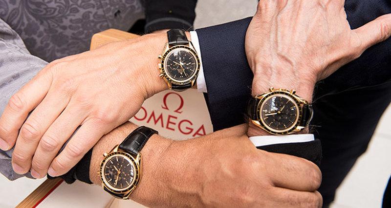 Лауреаты медали Стивена Хокинга получили часы Omega