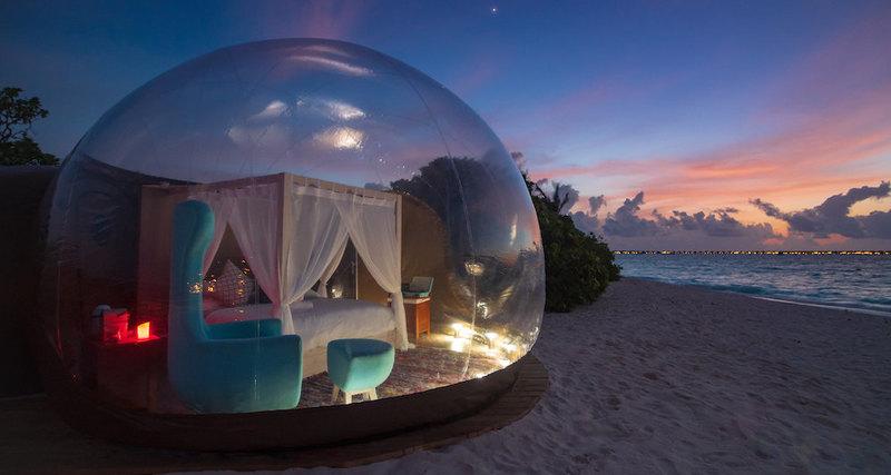 Небо надМальдивами черезпрозрачный потолок