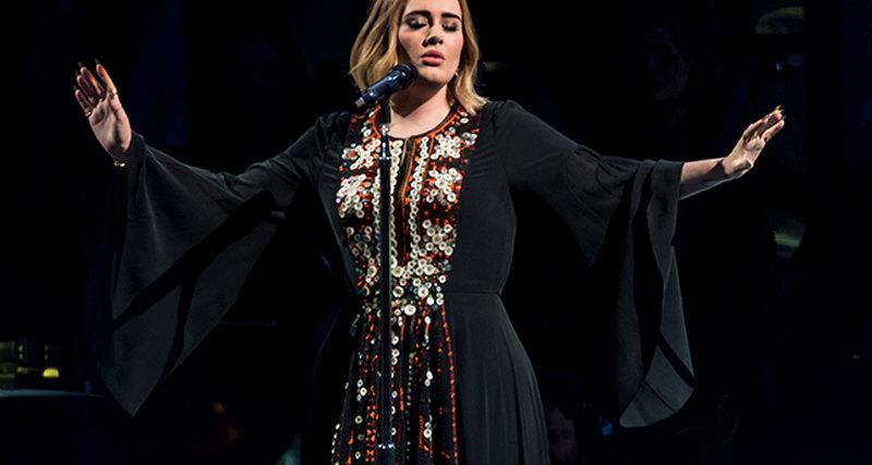 Адель вплатье Chloé намузыкальном фестивале вГластонбери